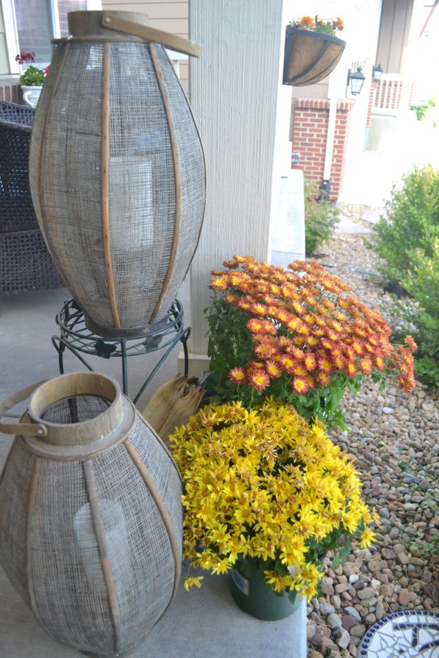 fall front porch decor ideas, fall front porch with mums and pumpkins, fall front porch ideas, easy fall decor